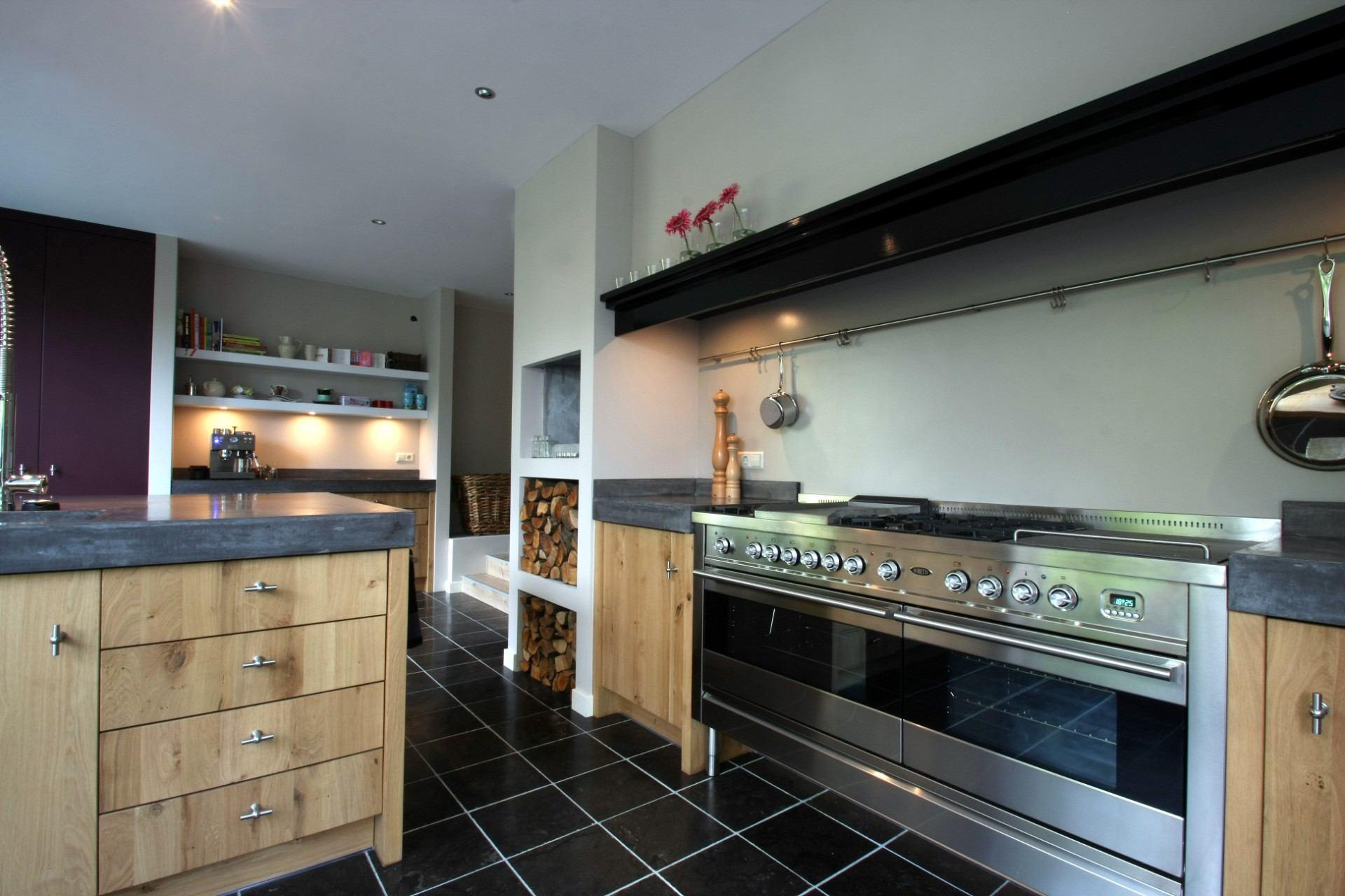 Keuken met hout en 2 lange ovens
