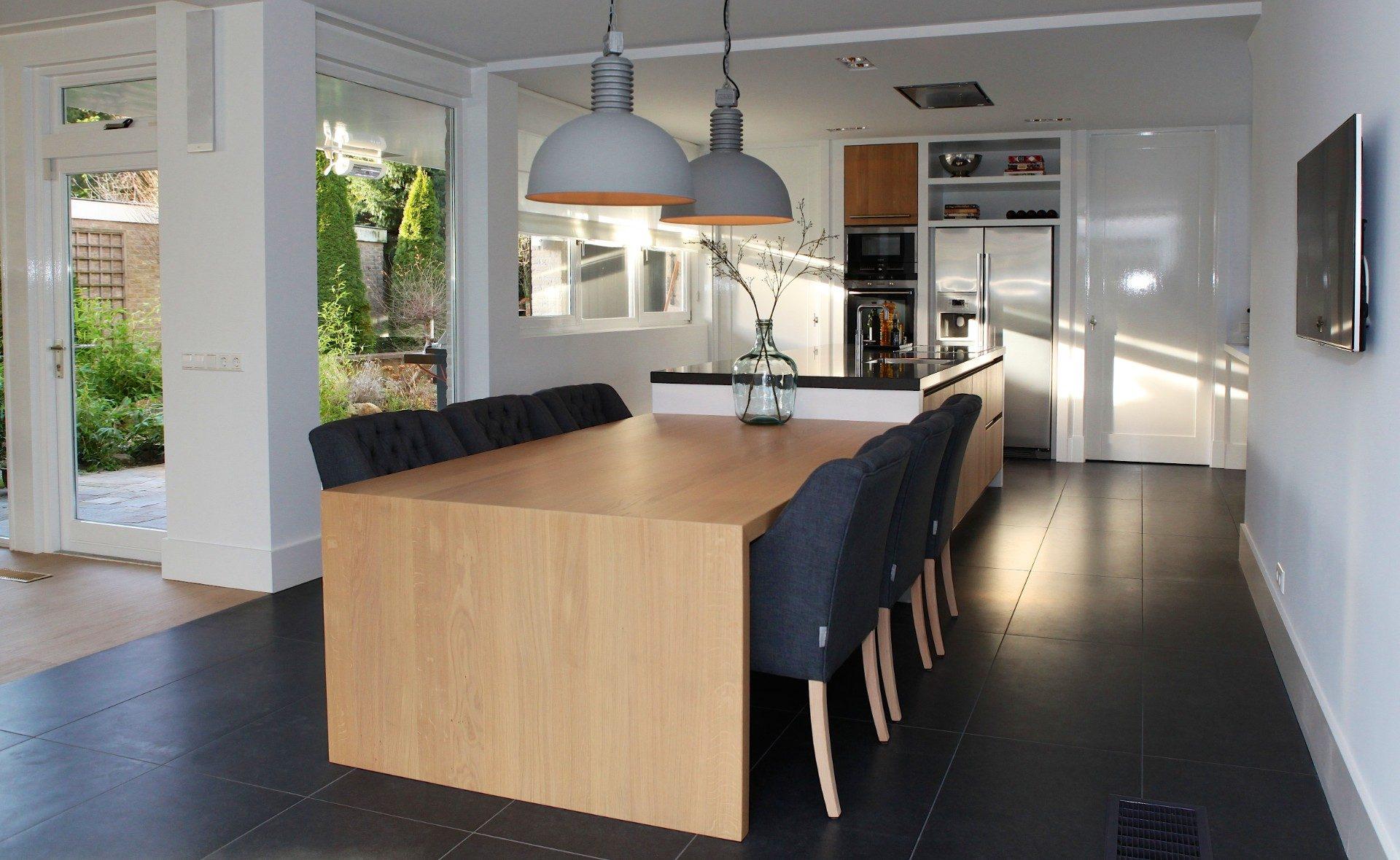 Keuken met houten tafel en stoelen