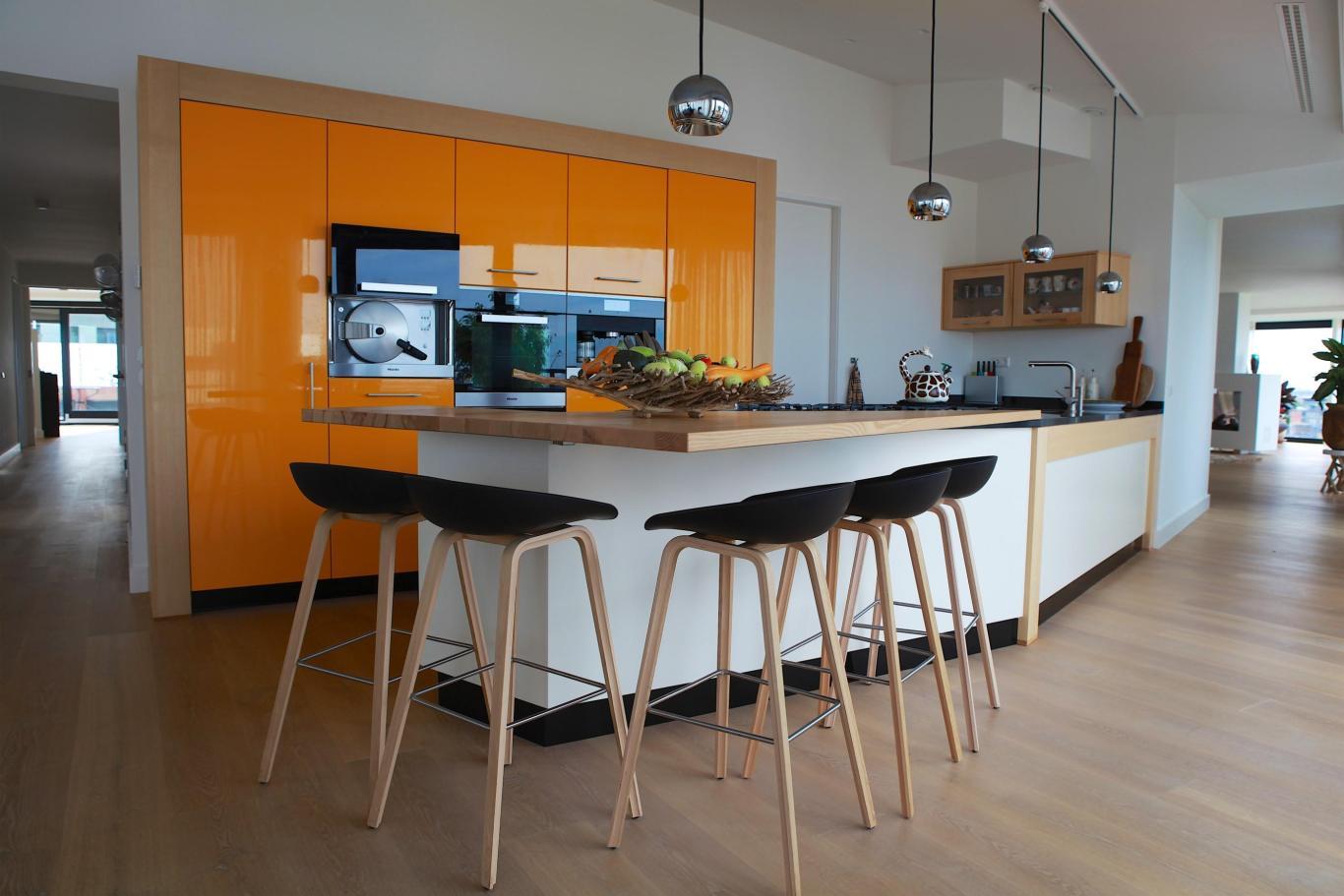Keuken oranje en stoelen